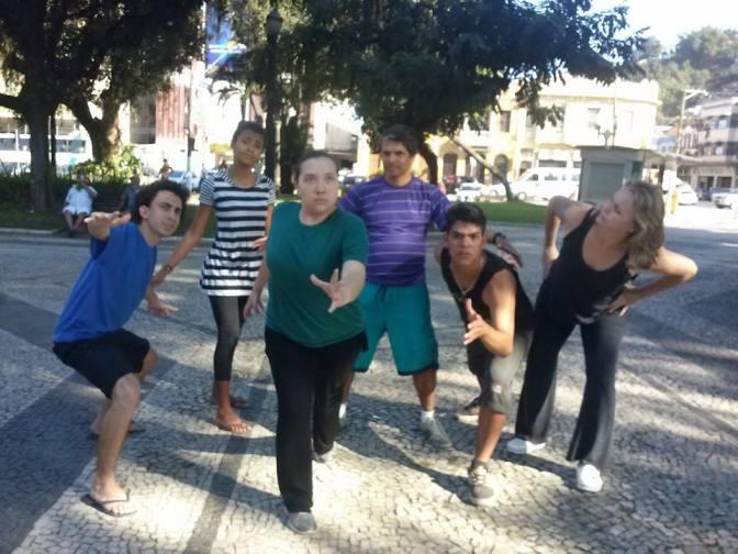 Comédia Oficina dos Farrandantes animará as praças de Santos