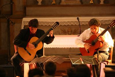 Duo de violões franco-brasileiro se apresenta em Santos