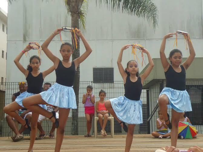 Ballet do Projeto Minha Comunidade dança ritmos e cores do Brasil
