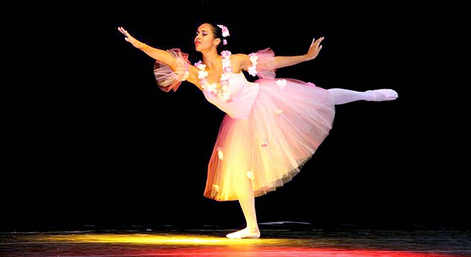 Balé 'Divertissiment' reúne 200 dançarinas em evento no Satélite