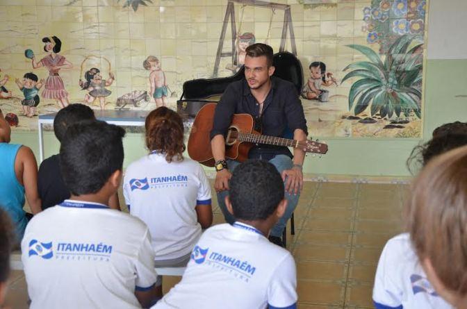 Cantor leva música aos alunos da rede municipal de Itanhaém