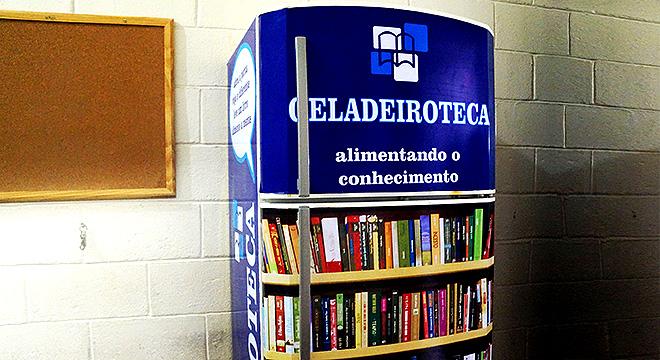 Geladeiroteca recheada de livros no Paço de Itanhaém