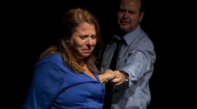 Relações virtuais são discutidas no teatro 'Nó na Garganta', em cartaz no Tescom