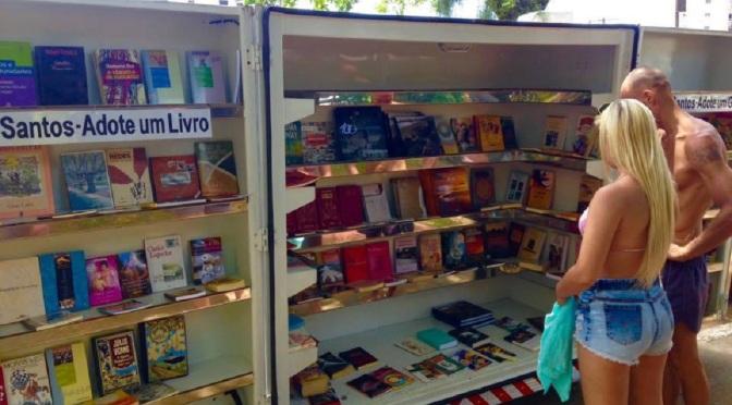 Leia Santos distribui livros e gibis na Ponta da Praia