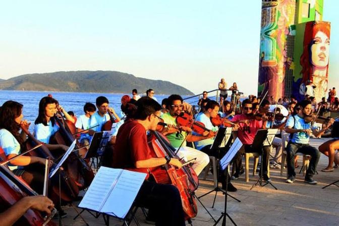 Orquestra na Rua realiza concerto no Emissário Submarino