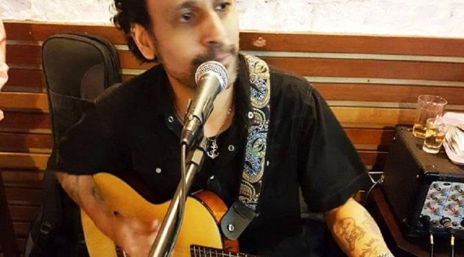 Com voz e violão, Digo Maransaldi faz sambalanço na Casa Velha
