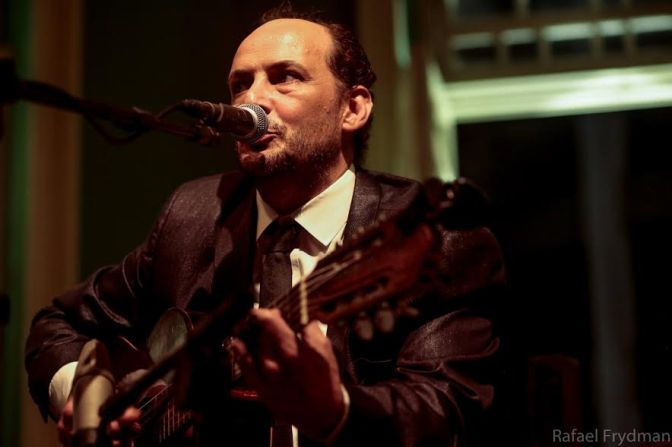 Autor de sucesso na voz de Elza Soares, Douglas Germano faz show em Santos