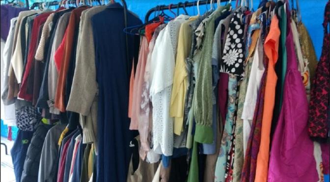 Livros e roupas podem ser encontrados em bazar da Casa da Esperança