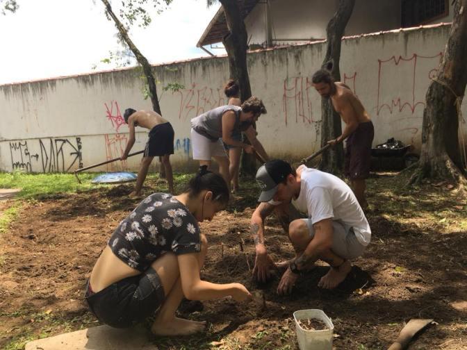Artistas do Galpão Cultural desenvolvem horta comunitária