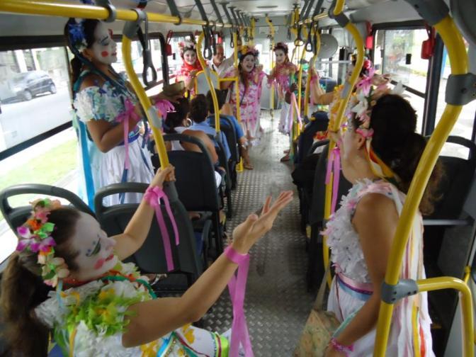 Auto natalino é encenado nos ônibus santistas dias 23 e 24