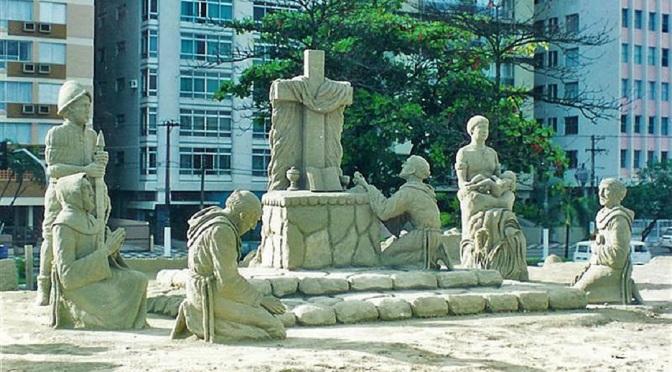 Em Santos, tenda da Pompéia recebe oficina de escultura em areia