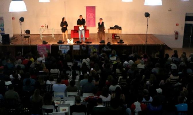 Itanhaém recebe comédia 'Até que o Tinder nos separe'