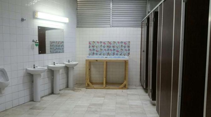 Eis um fraldário no banheiro masculino do Teatro Municipal Braz Cubas