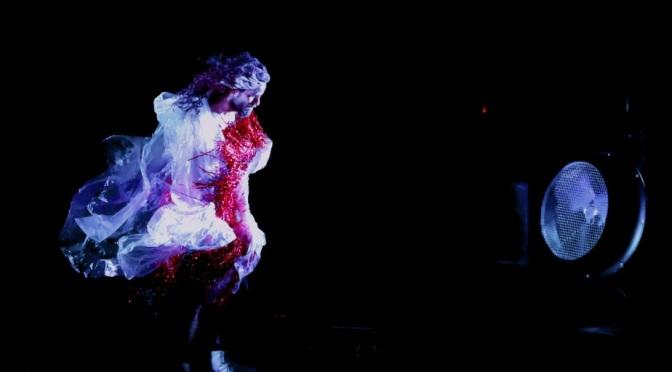 Espetáculo de dança coloca bailarino em confronto com o ar