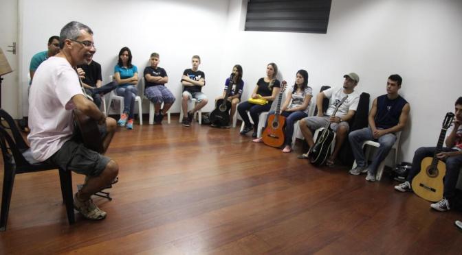 Com vagas abertas até terça, oficina de férias visa violonistas em Santos