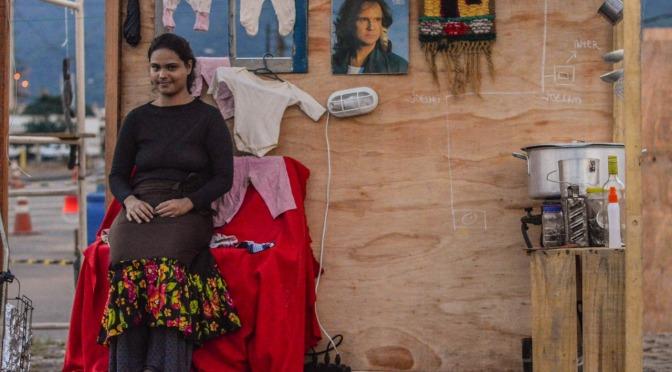 Espetáculo teatral reconta a história de Cubatão a partir de 'Vila Parisi'